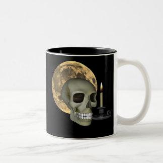 Taza de Halloween con el cráneo, la luna y la vela