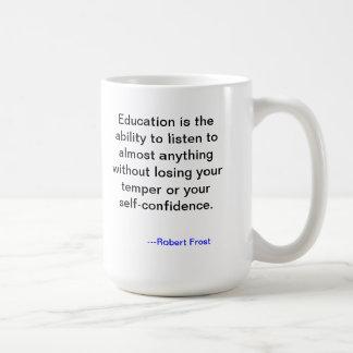 Taza de la cita de la educación de Robert Frost