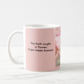 Taza de la cita: La tierra ríe en Flor-Emerson