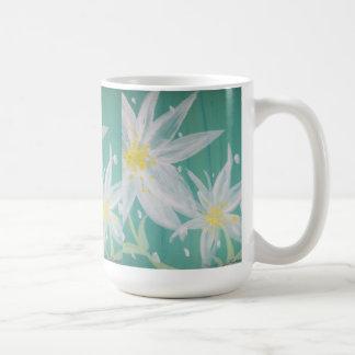 Taza de la flor blanca