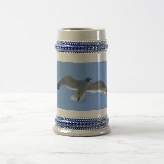 Taza de la gaviota en vuelo