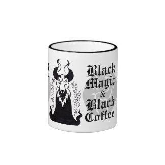Taza de la magia negra y del café sólo