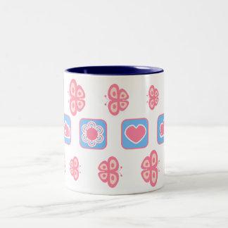taza de la mariposa del rosa y de los azules cielo