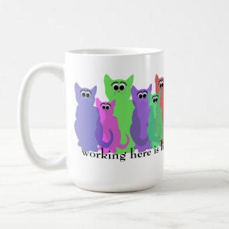 Taza de la oficina; trabajo aquí como la reunión