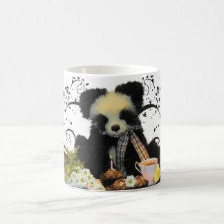 Taza de la panda con las tortas y las flores del t