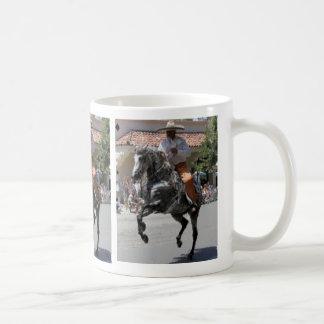 Taza de la pintura del caballo del baile