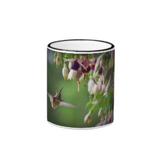 Taza de la planta del colibrí y de la flor de Fush