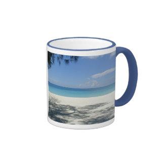 Taza de la playa del campanero de los azules claro