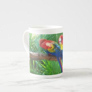 Taza de la porcelana de hueso de los Macaws del es Taza De Porcelana