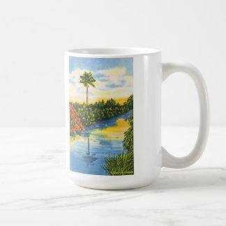 Taza de la postal de la puesta del sol de la palme