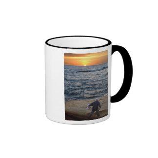 Taza de la puesta del sol de la pesca