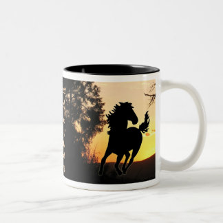 Taza de la puesta del sol del caballo salvaje del