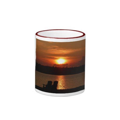 Taza de la puesta del sol del lago