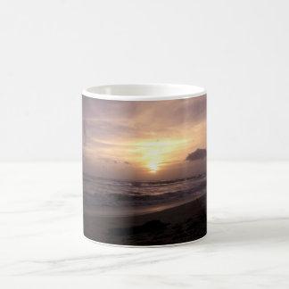 Taza de la puesta del sol del Océano Índico