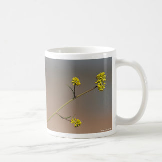 Taza de la rama de la flor