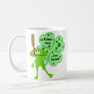 Taza de la rana del día de St Patrick