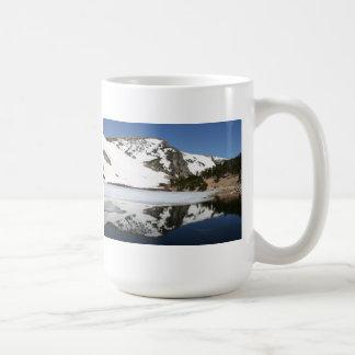 Taza de la reflexión de la montaña