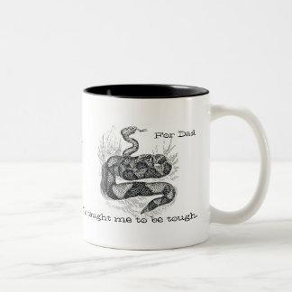Taza de la serpiente de cascabel del día de padre