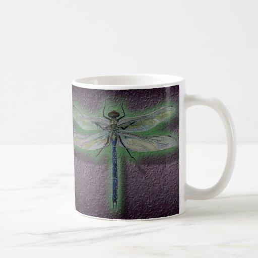 Taza de la taza de café de la libélula que brilla