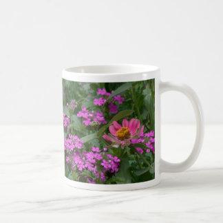 Taza de las flores del Zinnia y de la verbena