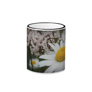 Taza de las margaritas y de las flores de la