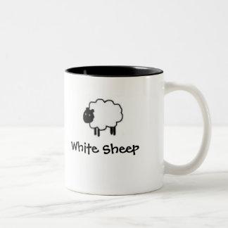 Taza de las ovejas negras de las ovejas blancas