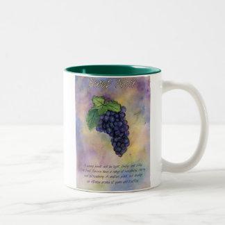 Taza de las uvas de vino del pinot negro