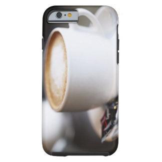 taza de latte del café en la tabla, primer funda de iPhone 6 tough