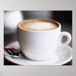 taza de latte del café en la tabla, primer posters