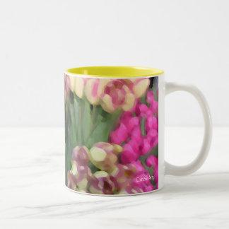 """Taza de los """"aceites"""" de los ramos de los tulipane"""