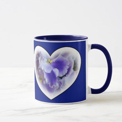Taza de los corazones de las violetas africanas