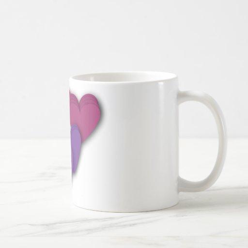 taza de los corazones rosados y púrpuras