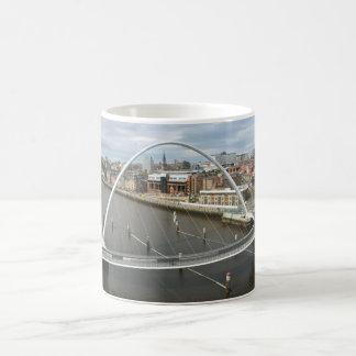 Taza de Newcastle Inglaterra del puente del mileni