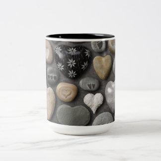 Taza de piedra del tono del corazón dos