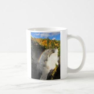 Taza de Quebec del arco iris de la cascada de Sain