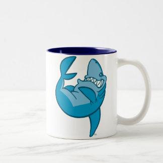 Taza de risa del balanceo del tiburón del dibujo a