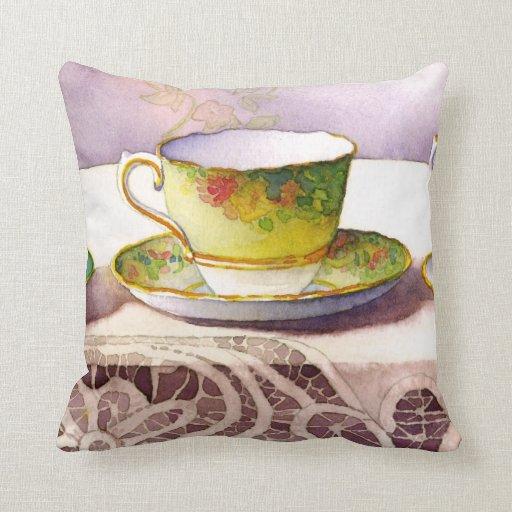 Taza de té 0001 en la almohada de Trow del cordón