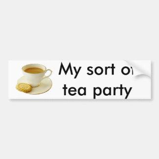 Taza de té con la galleta pegatina para auto