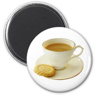Taza de té con la galleta imán redondo 5 cm