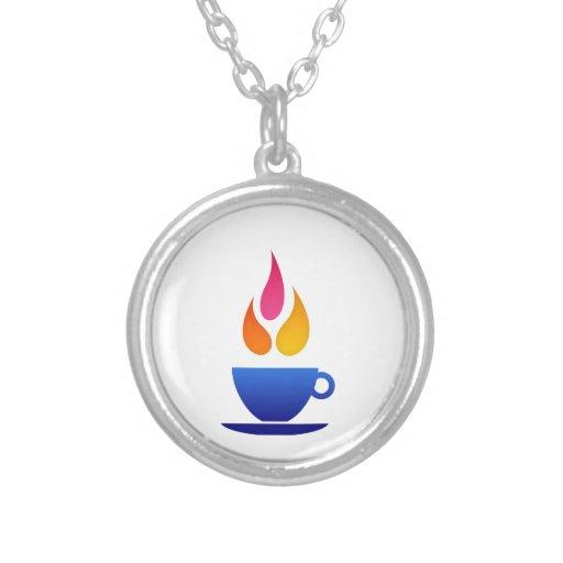 Taza de té con las llamas coloridas collares
