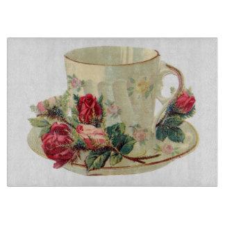 Taza de té del vintage con la tabla de cortar de l