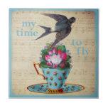 Taza de té del vintage, rosas, y trago del vuelo azulejo