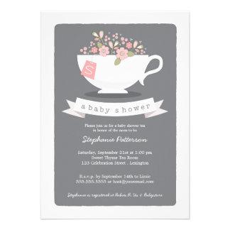 Taza de té dulce y invitación floral rosada de la