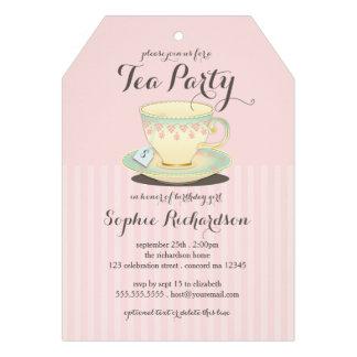 Taza de té elegante en la fiesta del té rosada del