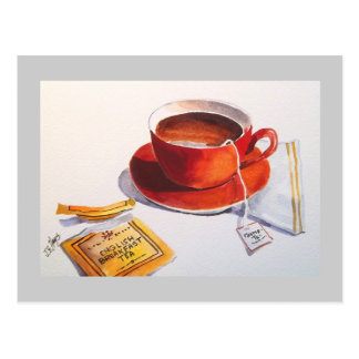 Taza de té roja con la bolsita de té postal