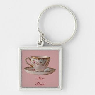 Taza de té y platillo rosados con los rosas llavero cuadrado plateado