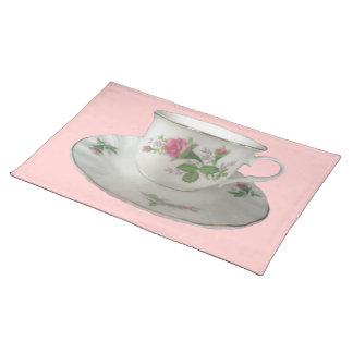 Taza de té y platillo y PinkRoses blancos Placemat Mantel