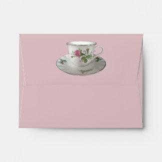 Taza de té y platillo y sobre blancos de PinkRoses