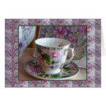 Taza de té y tarjeta de felicitación acogedora vio