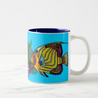Taza del Angelfish con las anémonas y el coral de